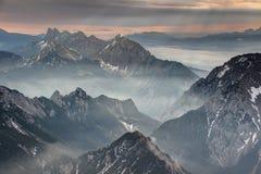 Mist en zonstralen bij dageraad in de bergen van Karawanken Karavanke royalty-vrije stock afbeeldingen