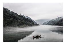 Mist in het Dongjiang-Meer stock afbeeldingen