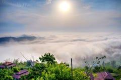 Mist i berg för soluppgång arkivfoton