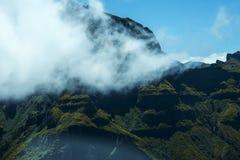 Mist i bergen i norden av ön av madeiran Arkivbilder