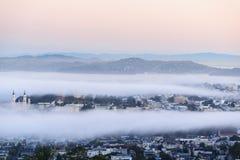 Mist i San Francisco när gå för soluppgång royaltyfria foton