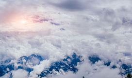 Mist met wolken over de bergen Stock Foto's