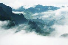 Mist och berg arkivbild