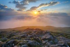 Mist och dimma på bergmaximum Arkivbilder