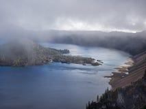Mist och moln på krater sjön Arkivfoton