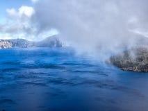 Mist och moln på krater sjön Fotografering för Bildbyråer