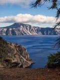 Mist och moln på krater sjön Arkivfoto