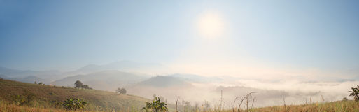 Mist och Sunny Mountain Landscape Panorama View Arkivfoton