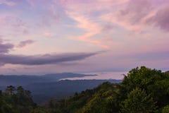 Mist onder bergen Stock Afbeeldingen