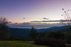 Mist onder bergen Royalty-vrije Stock Afbeelding