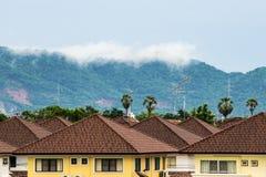 Mist op de berg achter het huis Royalty-vrije Stock Afbeeldingen