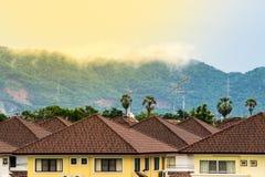 Mist op de berg achter het huis Stock Afbeelding