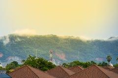 Mist op de berg achter het huis Stock Foto's