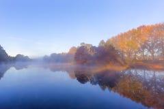 Mist op het water in de vroege uren Royalty-vrije Stock Foto's