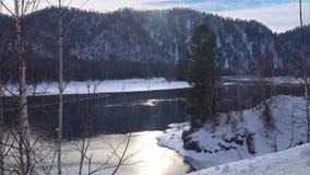 Mist ovanför den snöig bergfloden i vintermorgon arkivfilmer