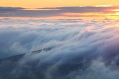 Mist over berg royalty-vrije stock afbeelding