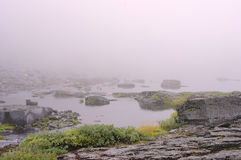 Mist over de oppervlakte van het watermeer van het bergmeer Royalty-vrije Stock Fotografie