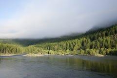 Mist over de rivier Stock Afbeeldingen