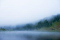 Mist over de rivier, dageraad, de Brug van de Brugbezinning in de mist royalty-vrije stock foto