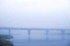 Mist over de rivier, dageraad, de Brug van de Brugbezinning in de mist royalty-vrije stock afbeelding
