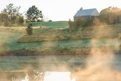 Mist over de vijver bij dageraad Royalty-vrije Stock Foto