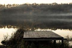 Mist over het meer riet en houten pier Royalty-vrije Stock Foto