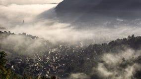 Mist over middeleeuwse stad van Brasov Stock Fotografie
