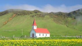 Mist på kullar bak en liten kyrka lager videofilmer
