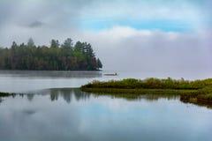 Mist rond de berg bij Lewey-Meer stock foto's