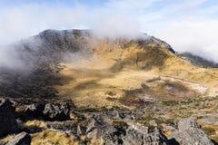 Mist runt om en vulkankrater Royaltyfria Bilder