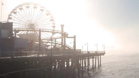 Mist in Santa Monica Pier, Eind van Route 66, Los Angeles (Steden) stock video
