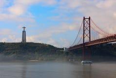 Mist Shrouds Ponten 25 de Abril Arkivfoto