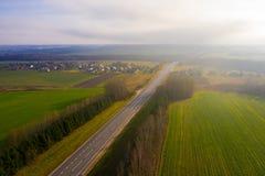 Mist som täcker den lokala byn Flyg- landskap för höst royaltyfri bild
