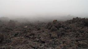 Mist som täcker ett lavafält arkivfilmer
