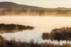 Mist van meer in de vroege ochtend royalty-vrije stock fotografie