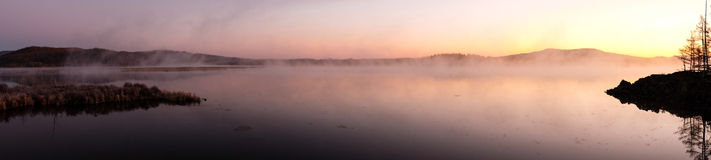 Mist van meer in de vroege ochtend stock afbeeldingen