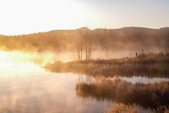 Mist van meer in de vroege ochtend stock afbeelding