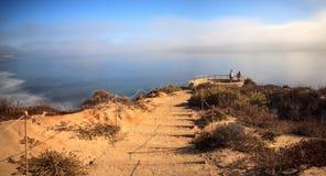 Mistafwijkingen in over de oceaan bij Crystal Cove-het strand van de staat stock foto
