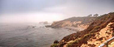 Mistafwijkingen in over de oceaan bij Crystal Cove-het strand van de staat royalty-vrije stock fotografie
