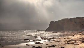 Mistafwijkingen in over de oceaan bij Crystal Cove-het strand van de staat stock afbeelding