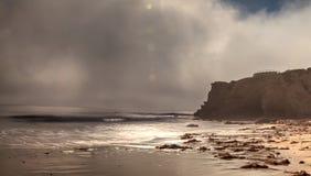 Mistafwijkingen in over de oceaan bij Crystal Cove-het strand van de staat stock foto's