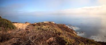 Mistafwijkingen in over de oceaan bij Crystal Cove-het strand van de staat stock afbeeldingen