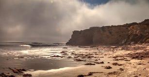 Mistafwijkingen in over de oceaan bij Crystal Cove-het strand van de staat royalty-vrije stock afbeeldingen