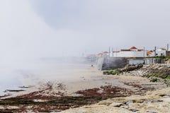 Mistbank súbito sobre Peniche, Portugal Fotos de archivo