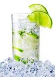 Misted exponeringsglas av vattnet med limefrukt och is arkivbilder