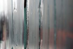 Misted Glas-Windows mit eisigen eingemachten Strömen Lizenzfreie Stockfotos