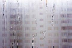 Misted Glas-Windows mit eisigen eingemachten Strömen Stockfoto
