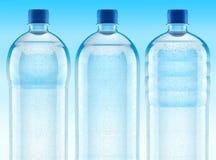 Misted Plastikflaschen mit frischem freiem Wasser vektor abbildung