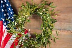 Mistelzweig und amerikanische Flagge neue Ideen, das Haus zu verzieren dieses Weihnachten Lizenzfreie Stockbilder