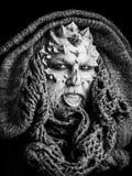 Misterio y concepto de la fantasía Hombre con la piel y la barba del dragón foto de archivo libre de regalías